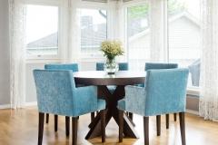 cross-rundt-spisebord-blå-stoler-brubakken-home