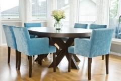 cross-rundt-utslått-spisebord-blå-stoler-brubakken-home