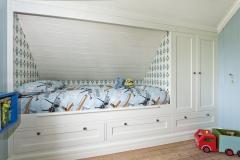 Garderobe og innebygget seng med skråtak