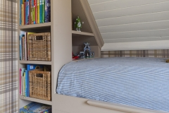 Garderobe og seng innebygget med skråtak7646