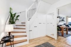 Garderobe under trapp med uttrekk