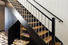 garderobe-plassbygget-hall-entré-under-trapp2-treverk-sort-eik-brubakken-home-web
