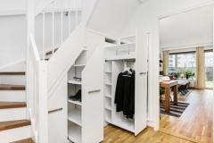 Garderobe under trapp med uttrekkII