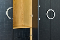 garderobe-med-skinntrukkede-dorer-brubakken-home-web