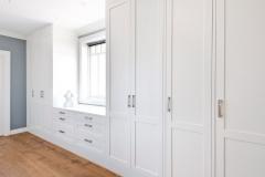 garderobe-rundt-vindu-soverom_lys-brubakken-home-VA08738-846x541