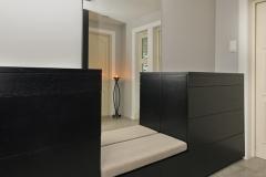 Garderobe og kommoder med sittebenk i sort eik7745