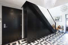 Garderobe under trapp sort eik