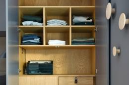hylle-mdf-treverk-detalj-garderobe-rundt-seng-soverom-brubakken-home-1250x900px-web