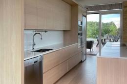 kjokken-eik-lys-sommerhytte-kragero-mot-terrassen-brubakken-home-web