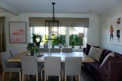 Line sofa i miljø med cross bord og stoler