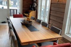 mondo-og-habibo-stler-i-stoff-hytte-brubakken-home-web