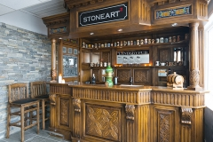 Baren som vi har laget for Stoneart har de flotteste detaljer i utskjæring og glassarbeid.