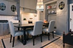 Kjøkken med bord og stoler09439 kopi