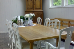 Quercus med hvite stoler I kopi