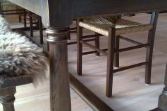 Quercus-med-jærstoler-og-langbenk-detaljbilde