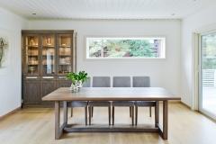 Tuscany bord med stoler og vitrineskap2053_ok