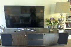 TV-benk-med-stofftrukket-front-for-høyttalere