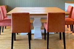 yggeseth-spisebord-hvit-sokkel-trendy-spisestol-brubakken-home-web