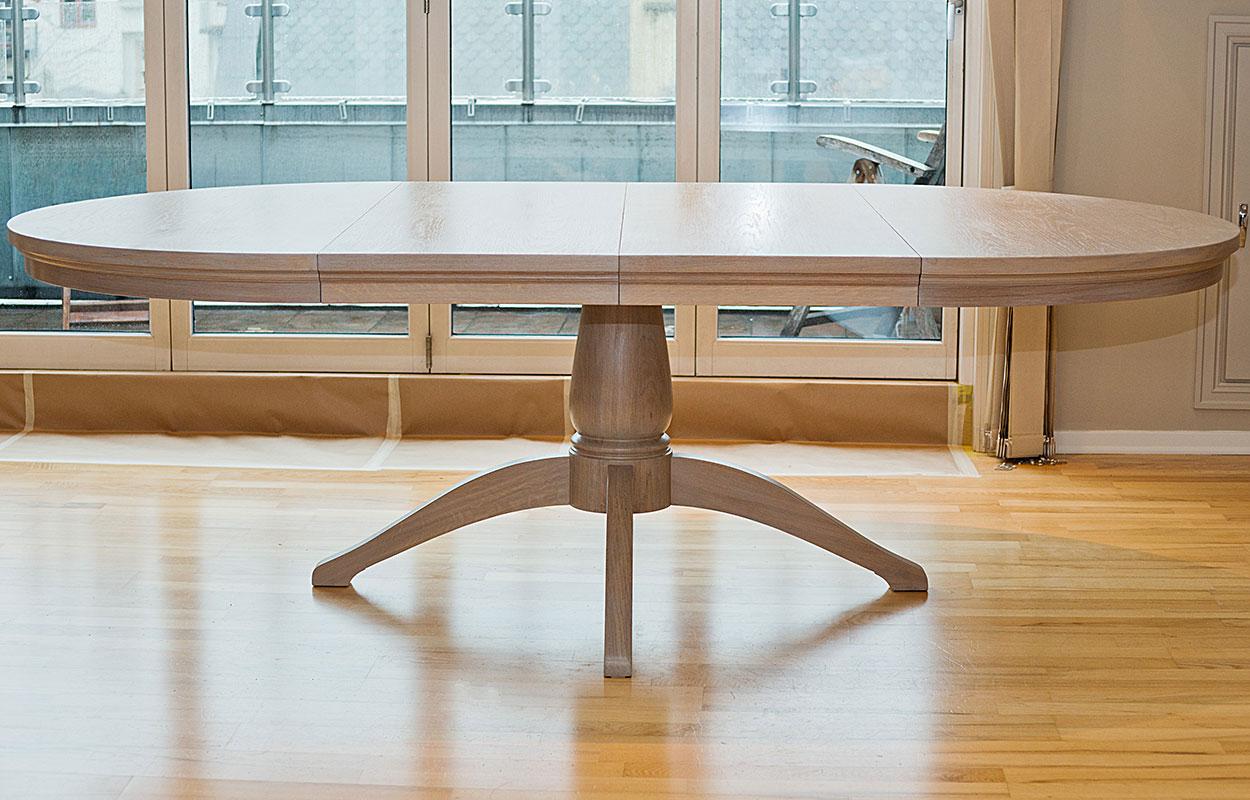 hvidt spisebord med stålben